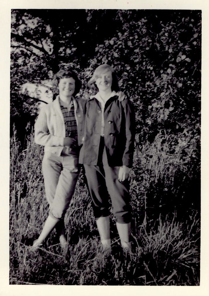 1959 07 Janet & Sylvia, Dunblane Y H  5 July 1959