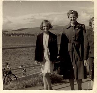 1954 08 Janet Williamson & Jean Willamson (Mum), Gourock, August 1954